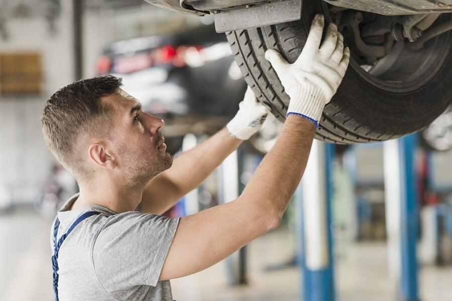 Odkdy jsou povinné zimní pneumatiky a co vám hrozí při jejich neobutí?