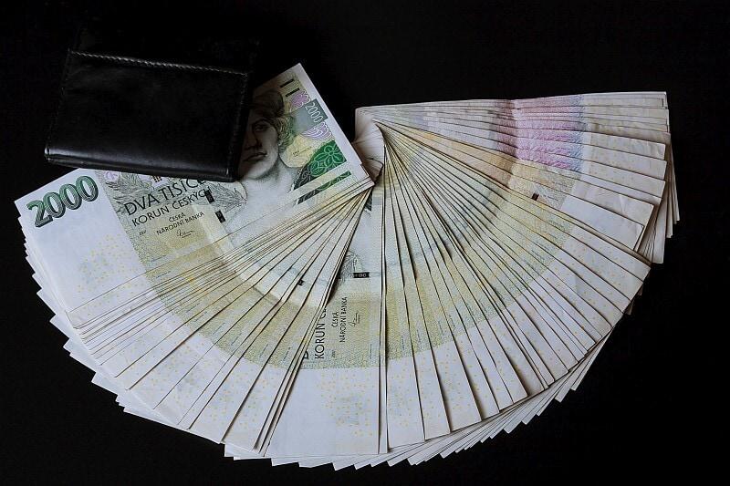 Kdy jednotlivé banky přijímají a odesílají peníze?